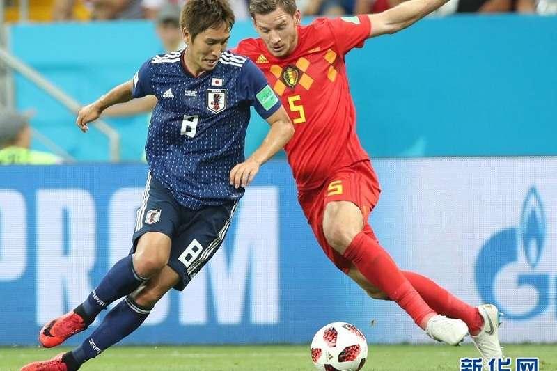 7月2日,比利時隊球員維爾通亨(右)與日本隊球員原口元氣在比賽中拼搶。(新華社)