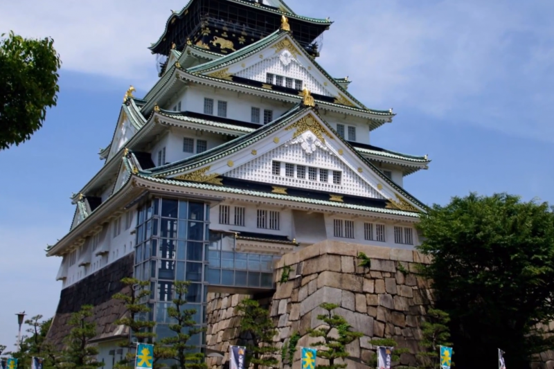 作者認為,台灣的城市發展缺乏像大阪、東京一樣具有自身定位,且易隨政治局勢牽動而改變。圖為大阪城。(資料照/取自happyki08 @youtube)