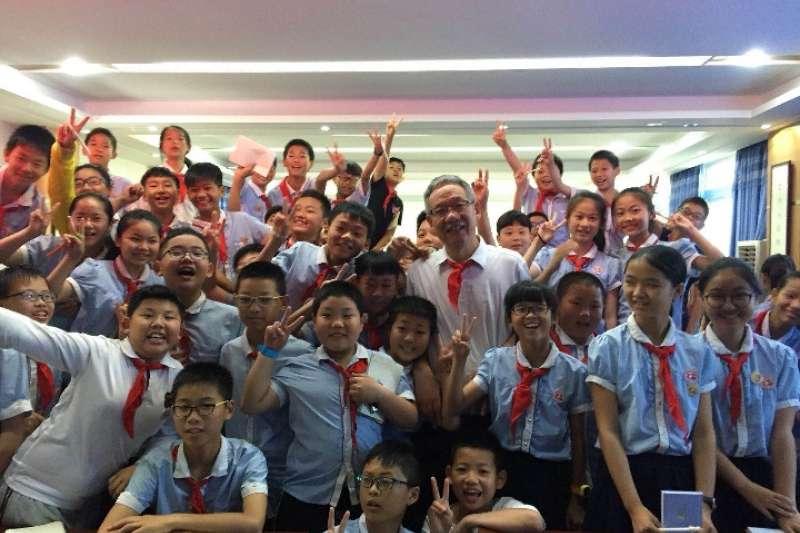 白武明教授在科普演講後,與學校裏的孩子們合影(新華社)