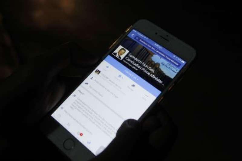 柬埔寨民眾在金邊瀏覽總理洪森的臉書頁面。(AP)