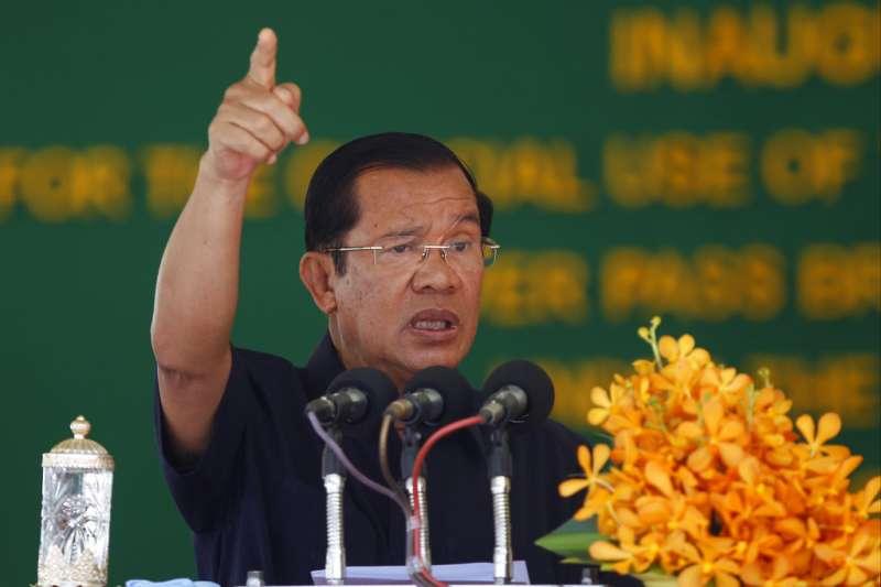 柬埔寨總理洪森執政33年,近來透過嚴打「假新聞」等手段箝制言論自由。(AP)
