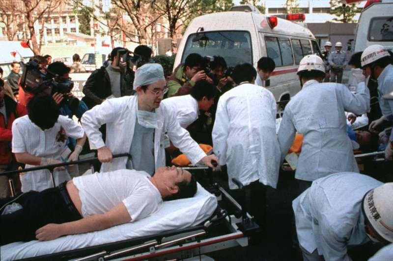 1995年3月20日,東京地鐵沙林毒氣事件。(AP)