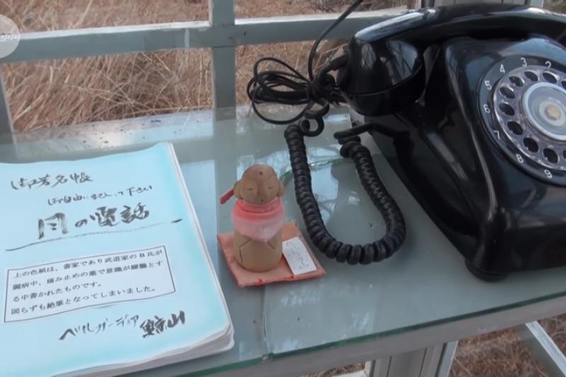 拿起這支沒有電話線的黑色轉盤式電話,可以上通天國與亡者通話,讓生者與亡者共墜心心相繫的夢鄉。(圖/取自KyodoNews @youtube)