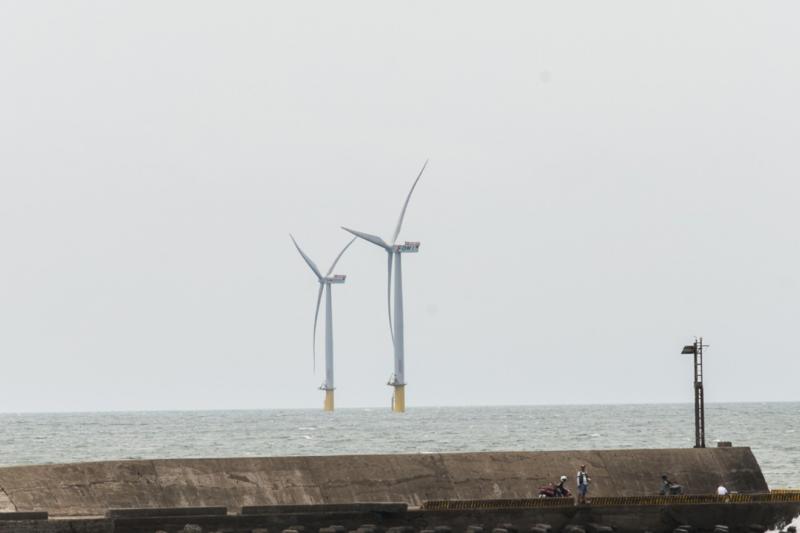 作者認為,離岸風電在台灣從一頭熱到政治跌跤,也讓全球產業議論紛紛,然而離岸風電終究是台灣能源自主與能源轉型的重要政策。(取自高雄國際海事展,數位時代提供)
