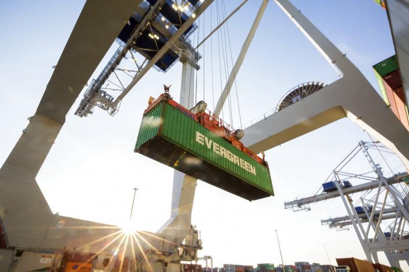 中美貿易戰爆發,圖為長榮位於美國的貨櫃。(AP)