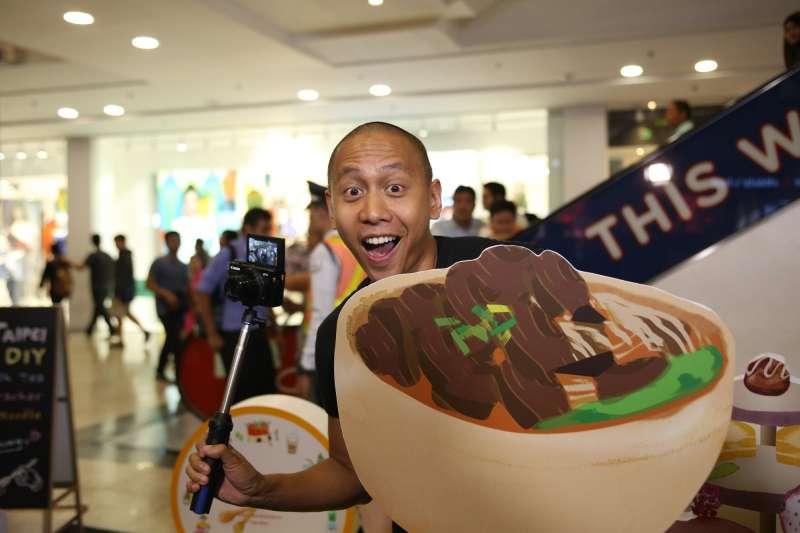 「FUN TAIPEI」邀請到知名歌手布斯托斯(Mikey Bustos)拍攝世大運主題曲改編成的英文美食觀光宣傳MV,在菲律賓引起熱潮。(台北觀傳局提供)