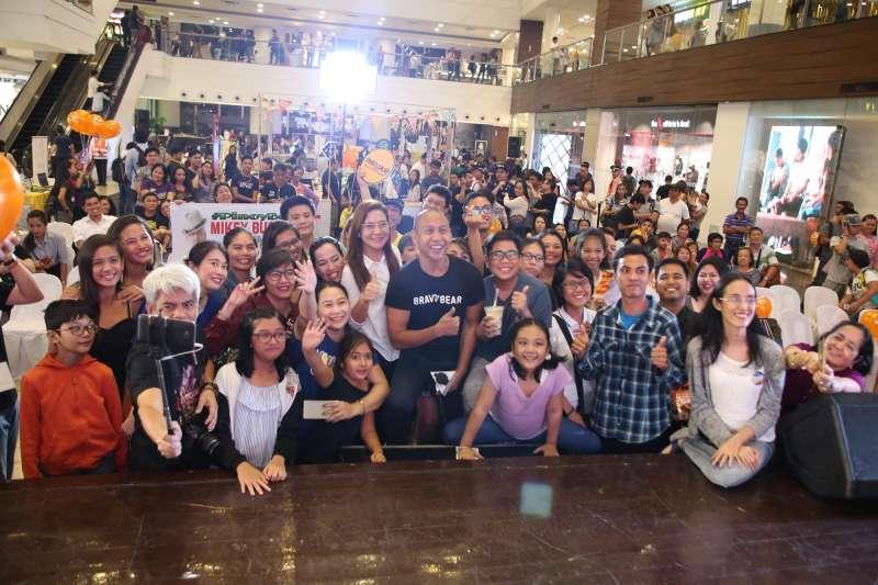 「FUN TAIPEI」Mikey Bustos群眾魅力驚人粉絲蜂擁合影(台北觀傳局提供)