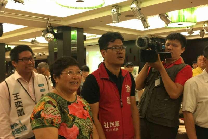 20180707_柯文哲在公督盟感恩餐會致詞時,遇到社民黨市議員參選人游藝(左3)抗議。(讀者提供)