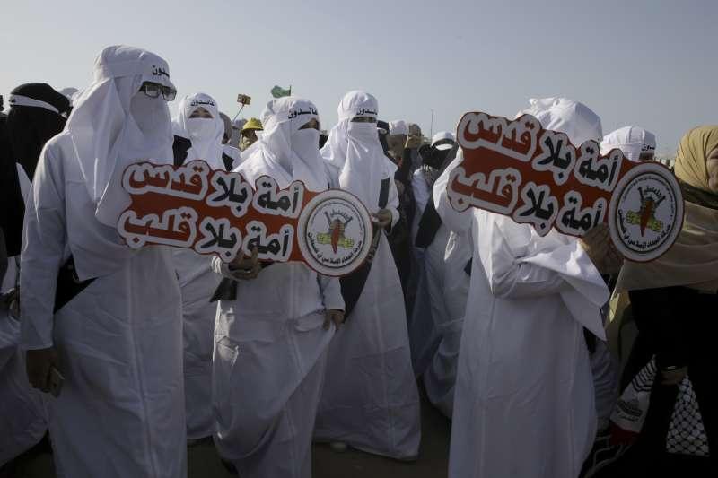 以色列與週邊國家交惡却獨獨擁有核武,早該受到制衡。圖為巴勒斯坦女性穿著象徵棺材的白衣,在加薩走廊邊境抗議以色列殘酷射殺巴勒斯坦人。(美聯社)