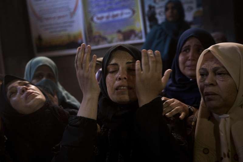 遭到以色列設砂的巴勒斯坦人家屬舉行喪禮。(美聯社)