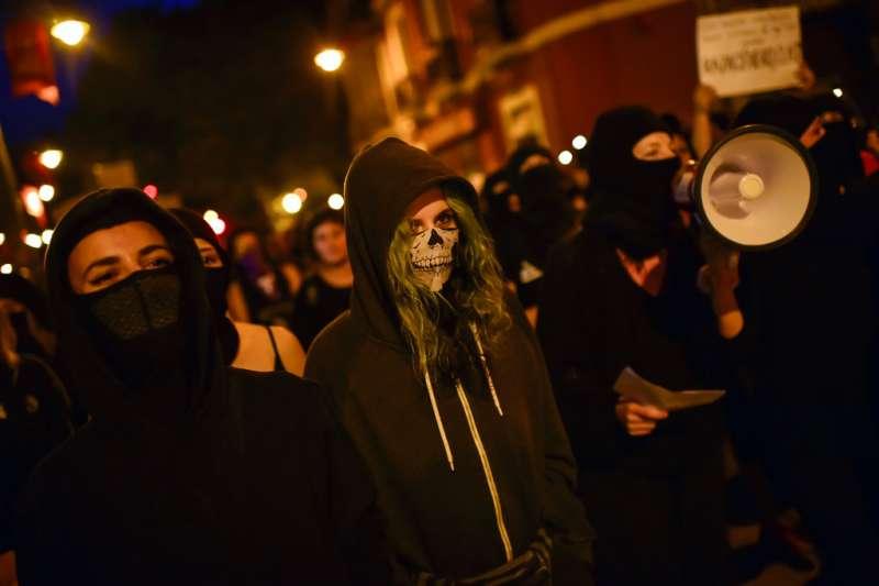 2018年7月4日,西班牙聖費爾明節前,女權運動者身穿黑衣齊聚潘普洛納,要求正視慶典性侵問題。(AP)