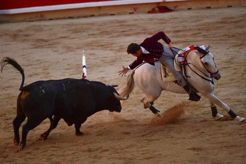 2018年7月6日,西班牙奔牛節「聖費爾明節」正式展開,鬥牛士在場上鬥牛。(AP)