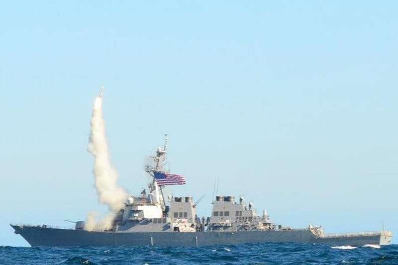 今天上午,美軍DDG-65等2艘驅逐艦,由台灣南部海域航經台灣海峽。(資料照,取自維基百科,James E. Martin攝/CC BY-SA 3.0)