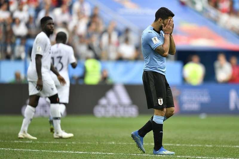 烏拉圭以0比2遭到法國淘汰,陣中前鋒蘇亞雷斯難掩失落神情。 (美聯社)