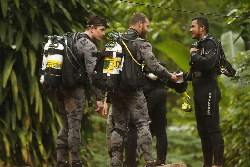 2018年6月23日,泰國北部清萊府12位青少年足球隊員與1位教練受困地下洞穴,救援行動7月8日正式開始,外國潛水專家全力支援(AP)