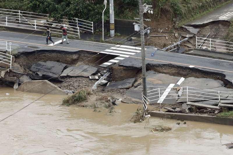 今年第7號颱風巴比侖2日侵襲日本,在西部和中部造成破紀錄豪雨,造成嚴重災情。(美聯社)