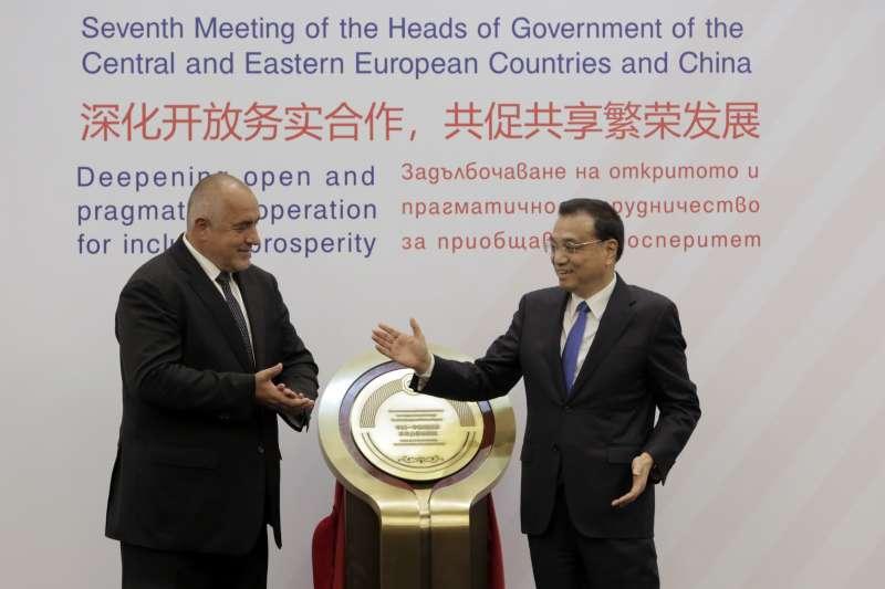 保加利亞總理波瑞索夫(左)歡迎中國國務院總理李克強參加「16+1」峰會上。(美聯社)