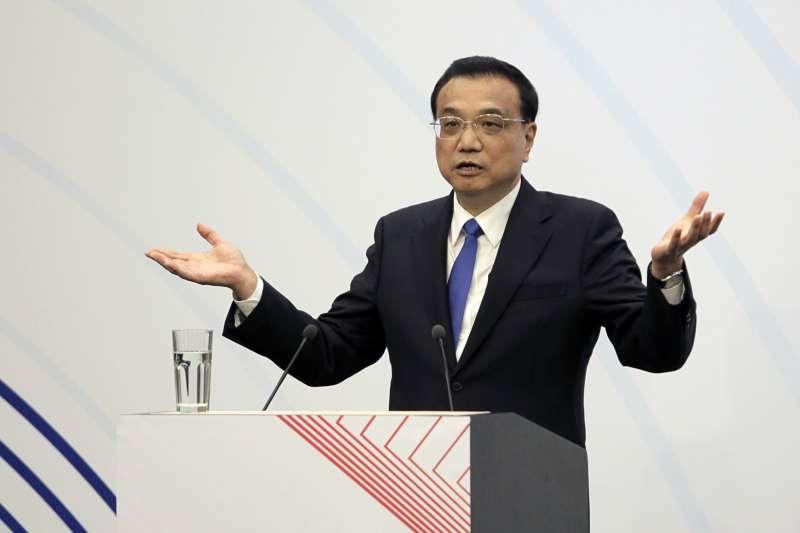 中國國務院總理李克強已做出「緩衝指示」,在社保徵收機構改革到位前,各地要一律保持現有徵收政策不變,同時抓緊研究適當降低社保費率。(資料照,美聯社)
