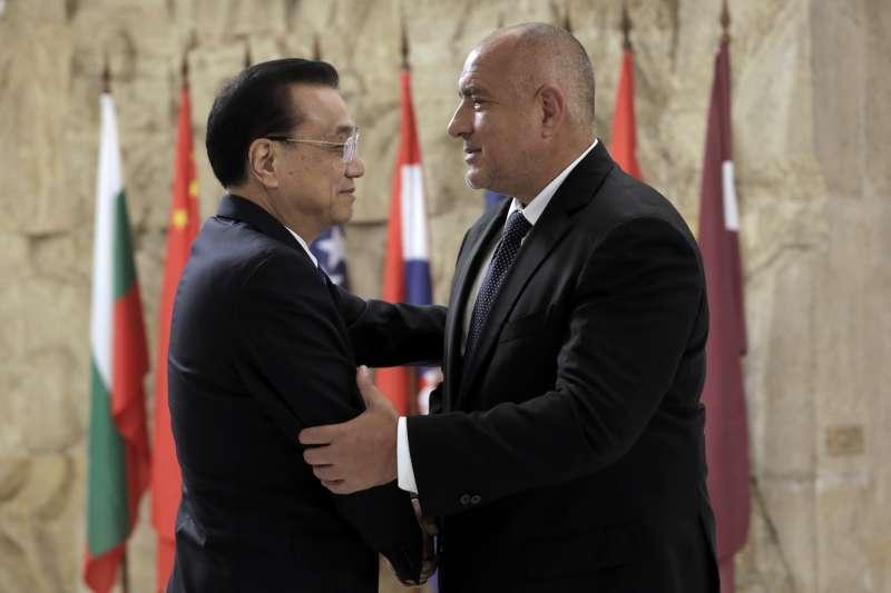 保加利亞總理波瑞索夫(右)歡迎中國國務院總理李克強參加「16+1」峰會上。(美聯社)