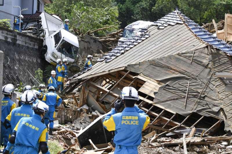 西日本連日大雨,搜救人員正在廣島熊野村設法尋找失蹤災民。(美聯社)