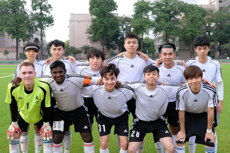 國際學生組成足球隊,強健體魄也進行文化交流。(圖/義守大學提供)