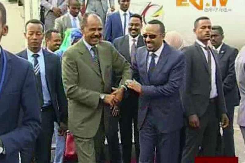 衣索比亞總理阿比(右)與厄利垂亞總統伊薩亞斯(AP)