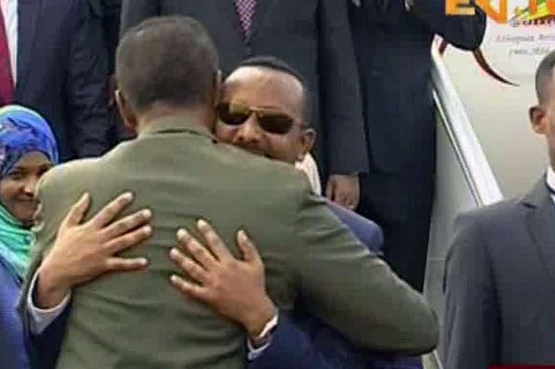 衣索比亞總理阿比(戴墨鏡者)與厄利垂亞總統伊薩亞斯擁抱(AP)