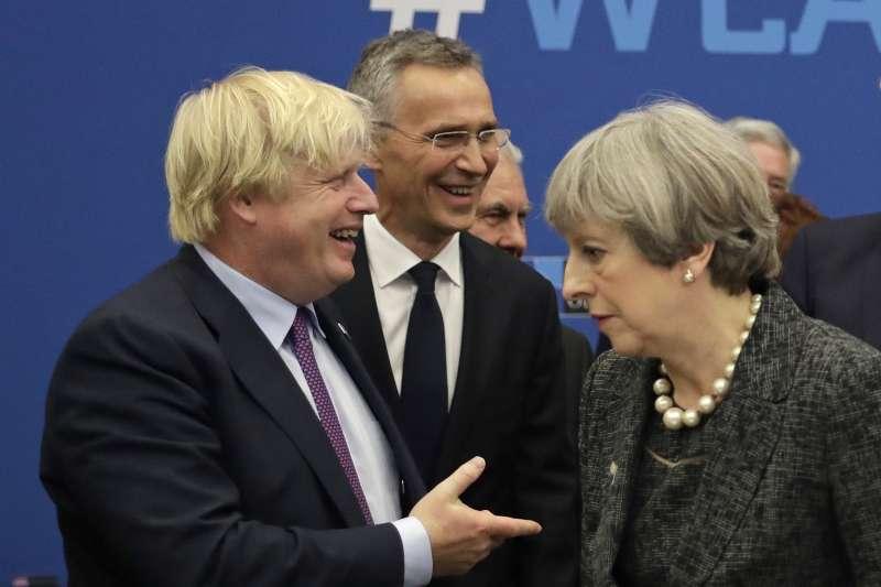 英國外相強森(左)與首相梅伊(AP)