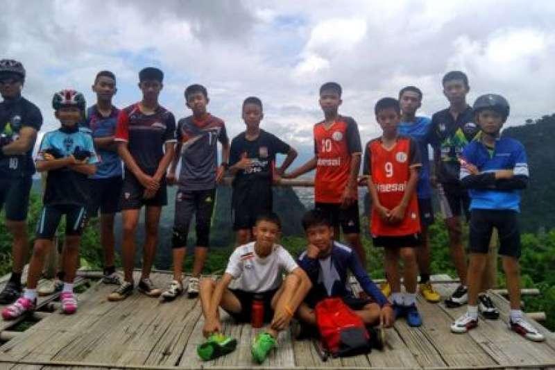 受困洞穴的泰國「野豬隊」足球員。(BBC中文網)