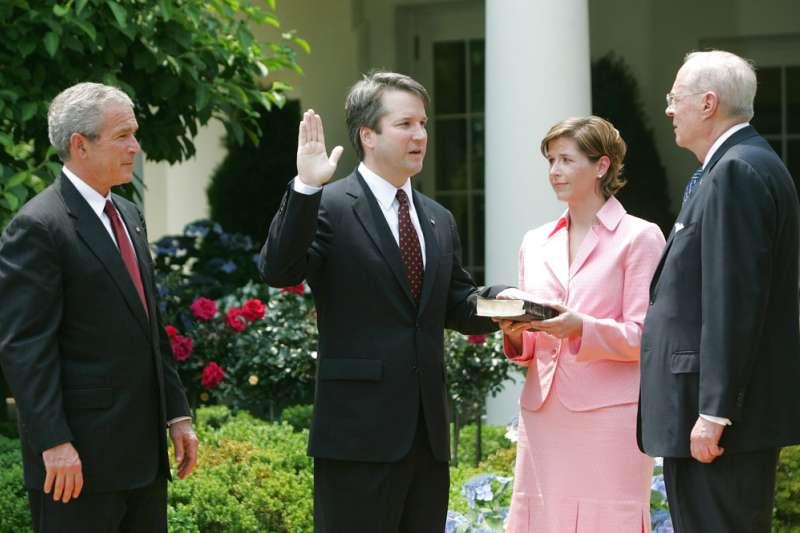 2006年,時任美國總統的小布希(左)任命卡瓦諾為哥倫比亞特區聯邦巡迴上訴法院法官。(美聯社)