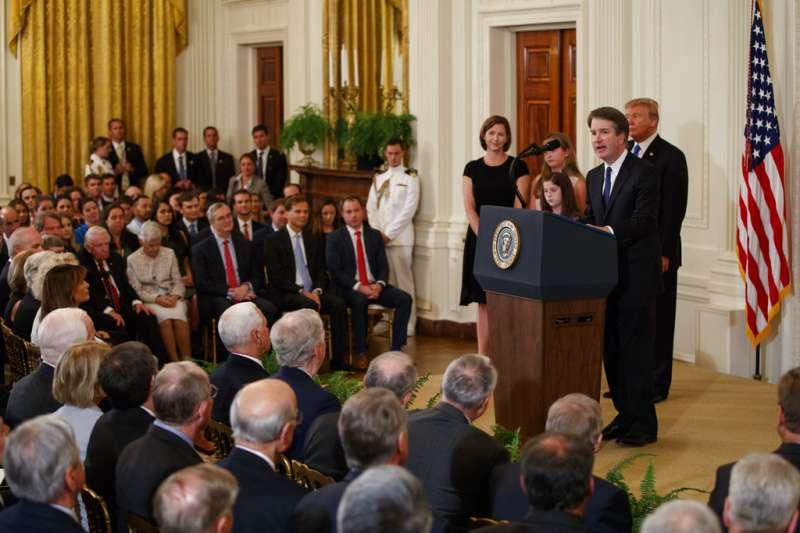被川普提名為大法官的卡瓦諾及其家人。(美聯社)