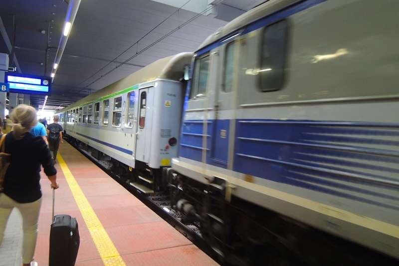 TLK是波蘭鐵路系統的一種,Twoje Linie Kolejowe(你的鐵路),是橫跨城市間的長途火車。因為價格低廉,所以火車也比較老舊。(圖/陳力綺攝影|想想論壇提供)