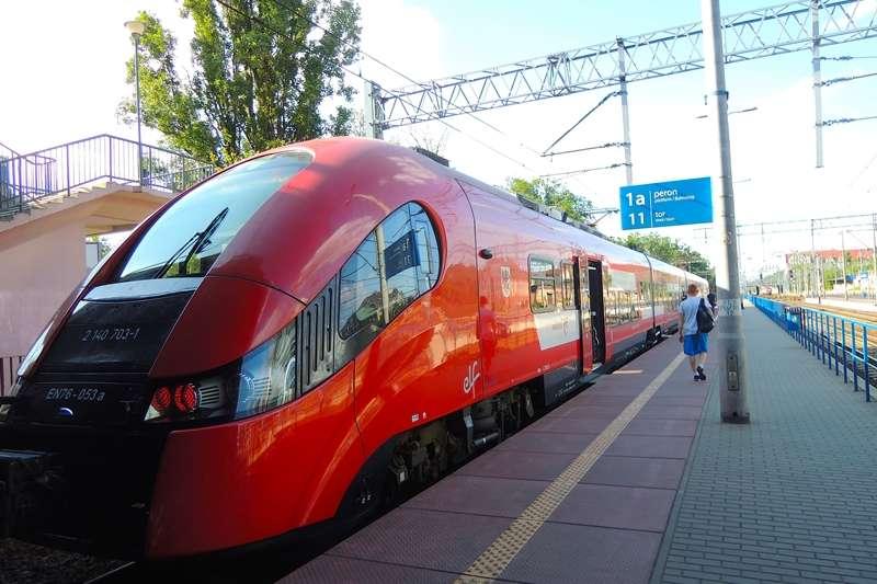 往返於波茲南跟比得哥什的區域性快車(Przewozy Regionalne),類似台灣的區間車。此類型火車無劃位,但因為位子多,所以很少有無座位的情況發生。以前多為舊式火車,但很多都已經淘汰了,所以現在多為新式火車。(圖/陳力綺攝影|想想論壇提供)