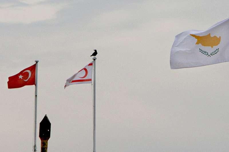 賽普勒斯的歷史始終深受希臘與土耳其關係的影響。圖由左而右依序為土耳其、北賽普勒斯、賽普勒斯國旗(資料照,AP)
