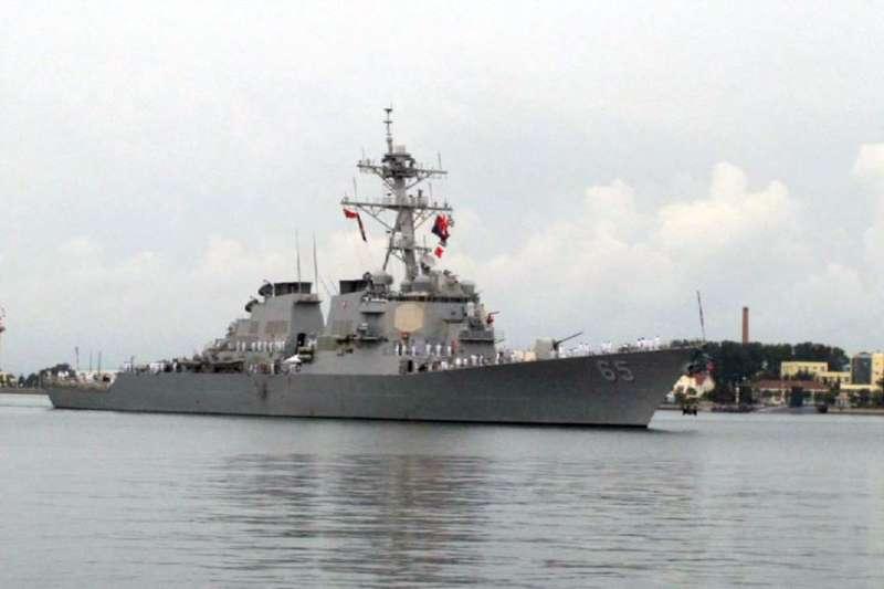 美國海軍「本福德號」飛彈驅逐艦訪問中國北海艦隊基地港口青島(2016年8月8日)。「本福德」DDG-65號驅逐艦2018年7月上旬穿越台灣海峽。(資料照,美聯社)