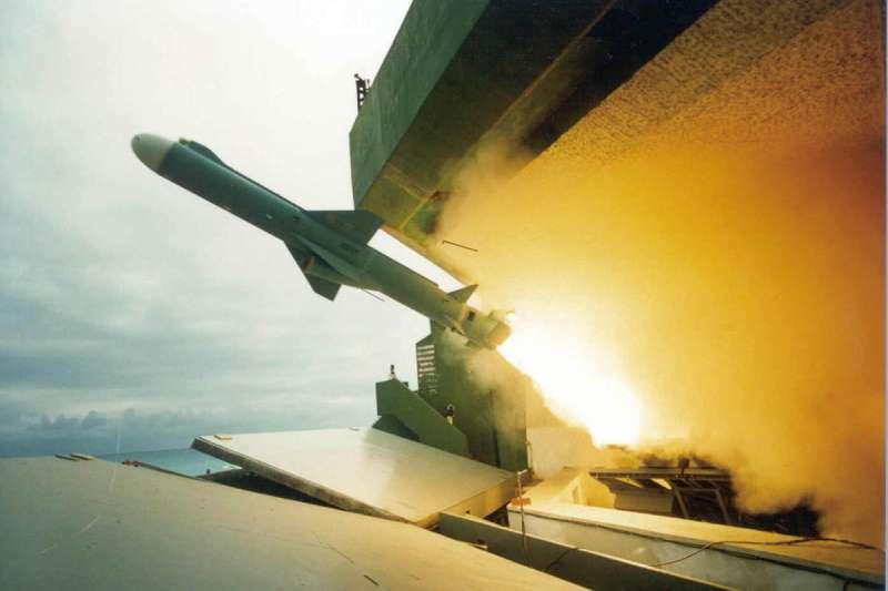 國防部官媒《青年日報》近期首度證實「雄二E型攻陸飛彈」的存在,且已完成「增程型」,並暗示已從美國那拿到相關技術。圖為雄二飛彈。(資料照,中科院提供)