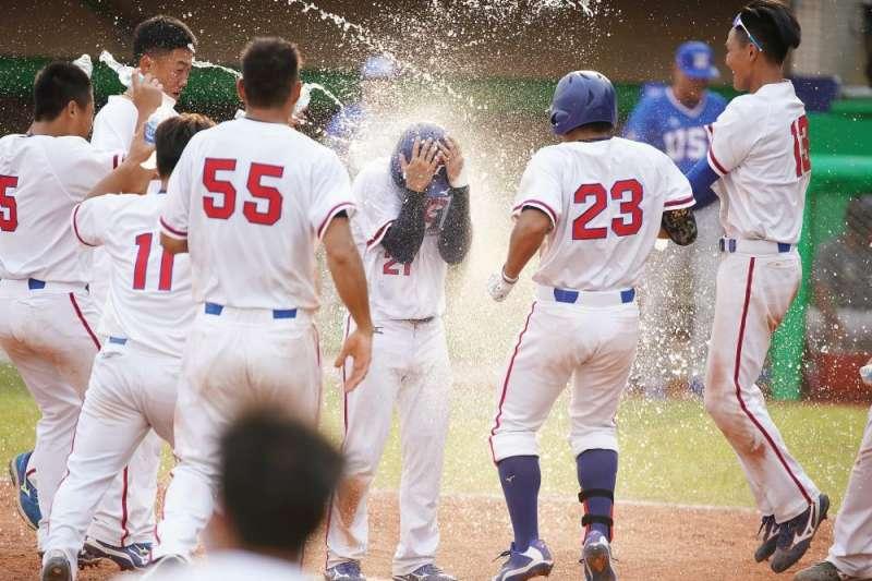 世界大學棒球錦標賽複賽中華隊對戰美國,中華隊在12局靠著美國隊再見觸生球,晉級冠軍戰。(圖/大專體總提供)