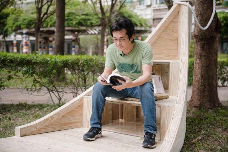 導演魏德聖與台北市昌隆公園的方舟書席。「方舟」是短暫靠岸,輕鬆閱讀的意思。(蔡艾迪攝)