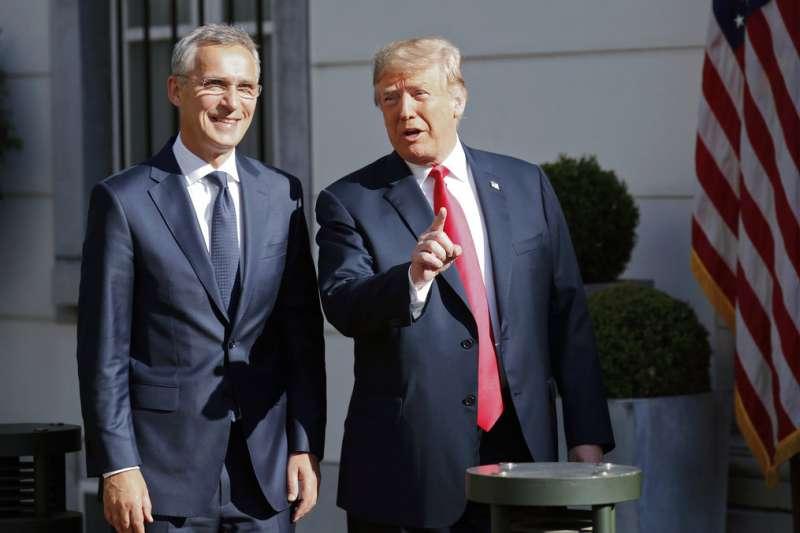 美國總統川普與北約秘書長史托騰柏格(Jens Stoltenberg)會面。(AP)
