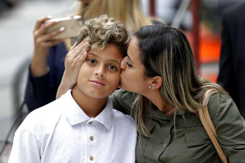 非法入境美國的移民母親,獲釋後激動地親吻愛子。(AP)