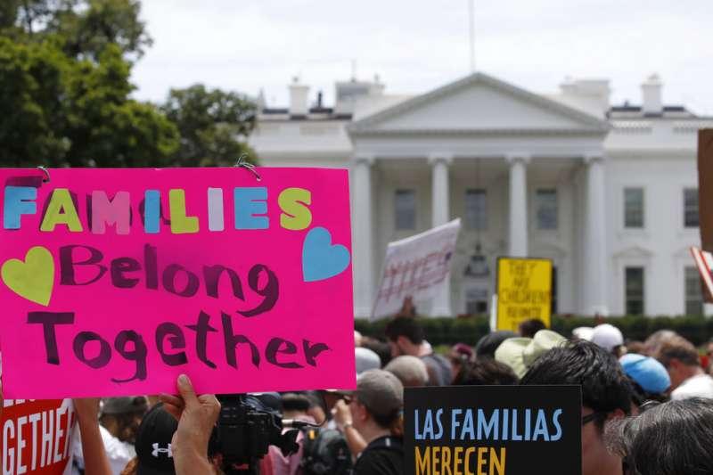 美國民眾抗議川普「零容忍」移民政策、拆散家庭。(AP)