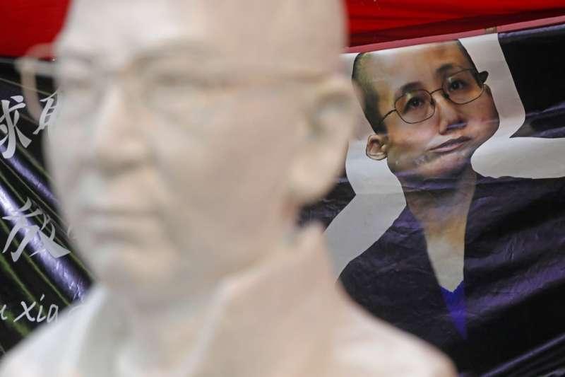 香港街頭聲援劉霞的布條。(美聯社)
