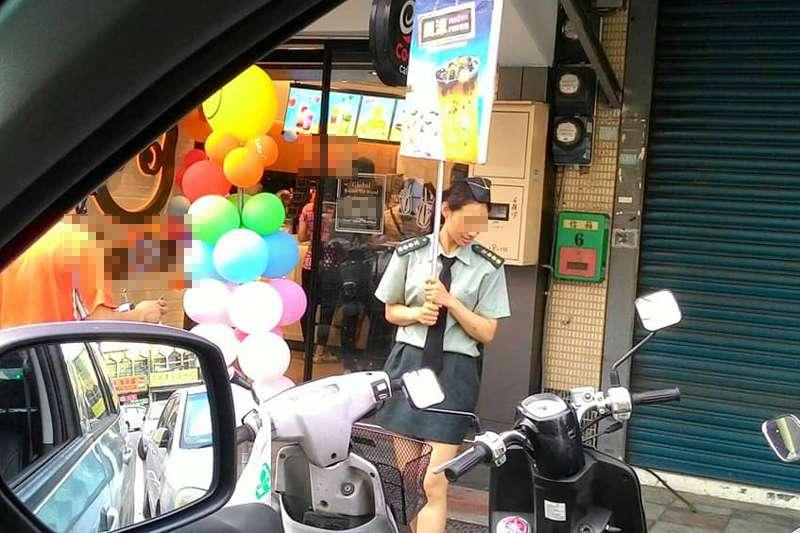 店員扮女上校舉牌推銷茶飲。(截取自網友臉書)