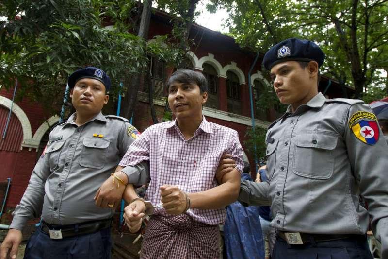 路透社記者吳覺梭(Kyaw Soe Oo)疑似因報導緬甸軍方屠殺羅興亞人,遭警方設局以違反政府機密法逮捕,2018年7月9日遭警方上銬出庭。(AP)