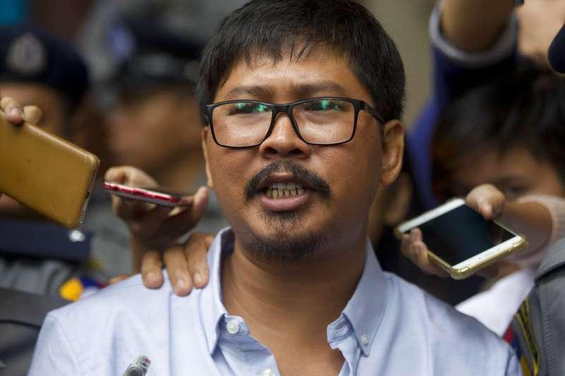 2018年7月9日,遭逮捕的緬甸路透社記者瓦隆(Wa Lone)步出法院時,接受媒體訪問。(AP)