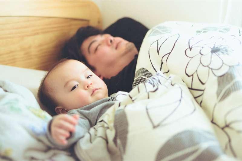 要如何讓寶寶睡過夜,一直是新手爸媽最大的煩惱。(圖/MOTOKI Plasticboystudio@flickr)