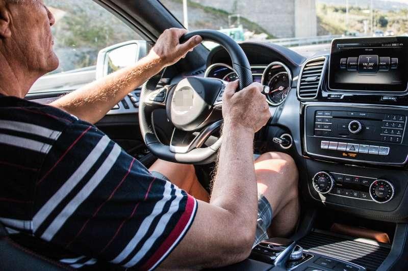 研究指出高齡駕駛在連續紅燈的情況下,較容易發怒。(示意圖/pixabay)