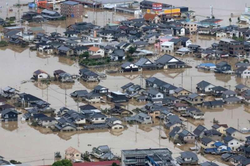 岡山縣的倉敷市整個泡在泥水之中,成千上萬戶人家停水停電。(BBC中文網)