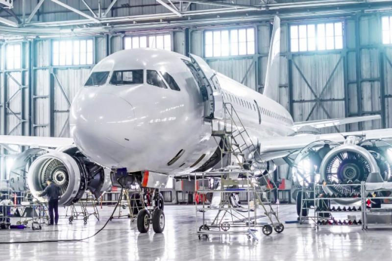 以電力驅動的飛機除了有環保上的好處,對乘客來說票價也會降低、噪音也會減小,目前已經有許多業者投入研發,不過目前仍有許多困難需要克服,電動飛機會成為航空業的未來嗎?(圖/取自shutterstock,數位時代提供)