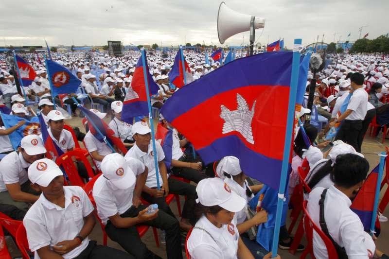 2018年7月7日,柬埔寨總理洪森的支持者舉著柬埔寨國旗參加集會。(AP)